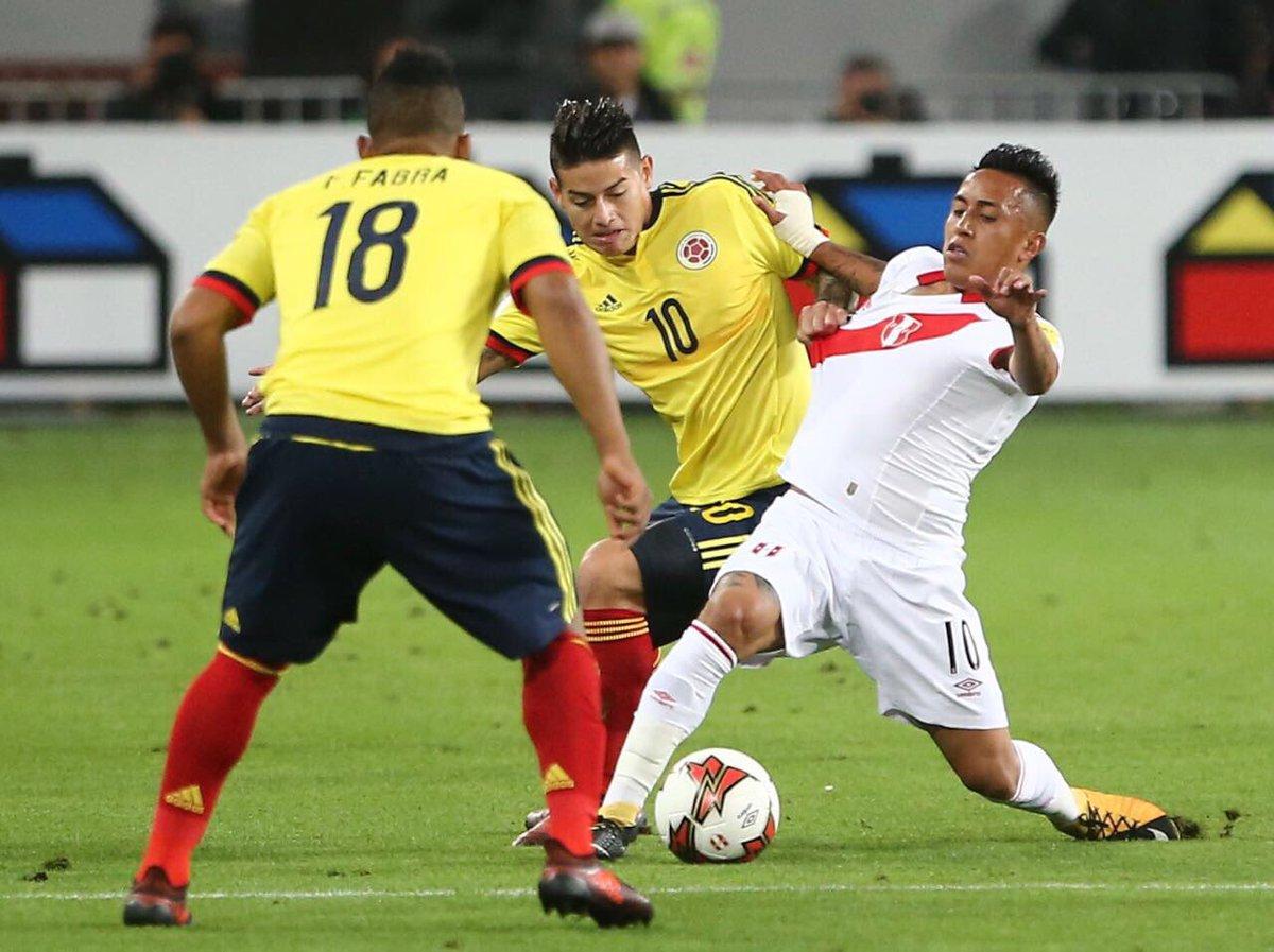 Perú se salva del ataque colombiano. Saque lateral para Colombia.