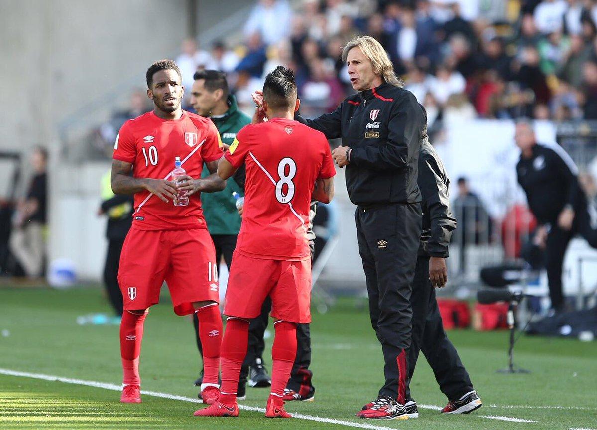 El DT Ricardo Gareca luce muy molesto con este resultado. Perú no concreta gol.